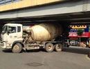 Hà Nội: Xe bồn bê tông mắc kẹt tại gầm cầu vượt Lê Văn Lương