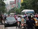 Hà Nội: Tắc đường kinh hoàng vì chiếc xe ô tô đỗ sai qui định
