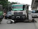 """Hà Nội: Xe tải """"nuốt"""" 2 xe máy vào gầm, nạn nhân nhập viện nguy kịch"""