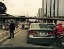 Hà Nội: Truy tìm người đàn ông dừng ô tô đi vệ sinh giữa đường
