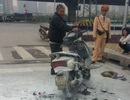 Hà Nội: Xe máy đang dừng đèn đỏ bất ngờ cháy dữ dội