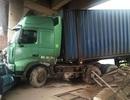 """Hà Nội: Xe container """"phá rào"""" trên cao tốc, đâm bẹp đầu taxi"""