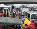 Dòng người đổ về quê nghỉ lễ, giao thông Hà Nội hỗn loạn