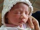 Hà Nội: Bé sơ sinh bị bỏ rơi kèm phong bì tiền