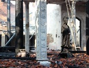 Hình ảnh tro tàn trong ngôi chùa cháy gần Hồ Tây
