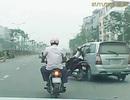 Hà Nội: Kinh hãi cảnh xe Innova đâm ngã cô gái rồi vội vã bỏ chạy