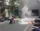 """""""Tròn mắt"""" chứng kiến người phụ nữ một mình chữa cháy trên phố"""