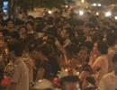 Hà Nội: Hàng nghìn người ngồi giữa đường làm lễ cầu siêu