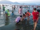 """Nắng nóng gay gắt, bãi biển chật cứng người đi """"giải nhiệt"""""""