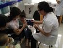 Vụ bệnh nhi viêm não mô cầu tử vong: Đổ xô đưa trẻ đi tiêm vắc xin