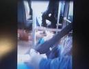 """""""Nổi gai ốc"""" khi thấy tài xế xe buýt vừa lái xe chở khách vừa ung dung đánh bài"""