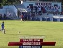 Thủ môn dốc bóng từ sân nhà và… ghi bàn