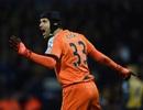 """Bí quyết """"điều khiển"""" hàng thủ diệu kỳ của Petr Cech"""