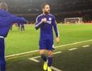 Fabregas cố tình trêu tức cổ động viên Arsenal?