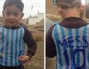 Tới nhà cậu bé lấy túi rác làm áo Messi ở vùng chiến tranh