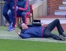 Van Gaal xin lỗi vì lăn đùng ra sân