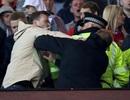 Cổ động viên MU, Liverpool ẩu đả trên khán đài Old Trafford