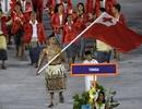 Vận động viên cởi trần cầm cờ diễu hành gây sốt trên mạng