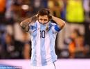 """Huyền thoại Maradona chỉ trích Messi """"giỏi diễn kịch"""""""