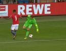 Thủ thành Manuel Neuer tái hiện pha bóng kinh điển của Johan Cruyff