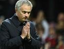 HLV Mourinho chắp tay xin lỗi người hâm mộ