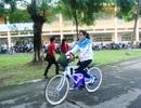 Nữ sinh làm thêm kiếm tiền để tự chế xe đạp điện đi học