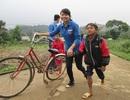 Sinh viên Huế tặng áo ấm cho học sinh miền núi
