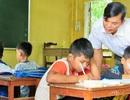 Thầy giáo trẻ tận tụy dạy chữ cho học sinh Cơ Tu