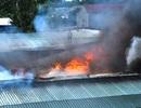 Kho phế liệu bốc cháy dữ dội, cả khu dân cư náo loạn