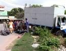 Xe tải cuốn 3 xe máy vào gầm, 4 người nguy kịch