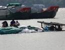 Ghe chở hàng chục tấn thức ăn chìm trên sông Hậu