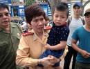 CSGT Hà Nội tìm bố mẹ giúp trẻ nhỏ lạc bố mẹ trong đám đông