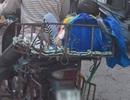Tranh cãi quanh hình ảnh bé trai vắt vẻo trong khung sắt sau xe máy