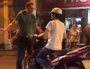 Hà Nội: Ông Tây quyết chặn xe của cô gái trên phố đi bộ