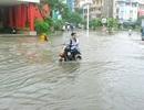 """Người Hà Nội """"bơi"""" trên tuyến đường ngập sâu gần 1m"""
