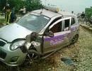 Tàu hỏa tông taxi, tài xế may mắn thoát chết