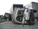 Xe tải tông container, đâm liên hoàn, hỏng nặng 3 ô tô khác