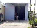 Gia đình ông Truyền bắt đầu tháo dỡ căn nhà tạm trên thửa đất bị thu hồi