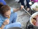 Mỹ Tâm tự tay nấu ăn cho bà con vùng lũ
