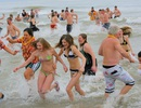 Người dân xứ lạnh tắm... nước lạnh cóng chào năm mới
