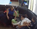 Phản xạ tuyệt vời của cha giúp con gái nhỏ khỏi ngã