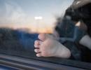 Mẹ để con mắc kẹt trong ô tô giữa trời nắng vì sợ làm hỏng xe