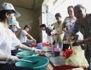 Cơm từ thiện ấm lòng bệnh nhân nghèo ngày tết