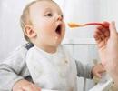 Không nên cho trẻ ăn thức ăn đặc quá sớm
