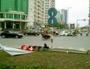 Hà Nội: Pa-nô quảng cáo kéo đổ cột đèn giao thông