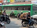 Đi xe đạp ngược chiều, bà lão bị ô tô chở học sinh tông chết