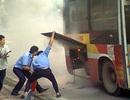 Hà Nội: Hoảng loạn vì xe buýt đang chạy bỗng dưng bốc cháy