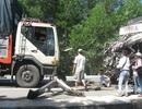 Đâm liên tiếp 2 xe tải, tài xế mắc kẹt trong cabin