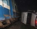 """""""Tê liệt"""" đường sắt do tàu hỏa va quệt xe container"""