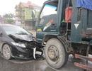 Ô tô con lao đầu vào xe tải, cả gia đình thoát chết